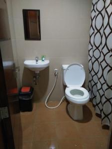 A bathroom at Lourdes Inn