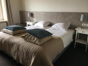 Een bed of bedden in een kamer bij Hotel Posthuys Vlieland