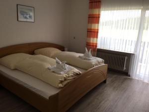 Ein Bett oder Betten in einem Zimmer der Unterkunft Gasthaus Pension Zur Buche