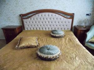 A bed or beds in a room at Weena House