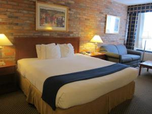 A bed or beds in a room at Holiday Inn Express Toronto East, an IHG Hotel
