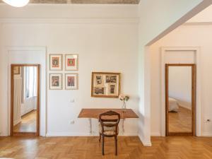 A seating area at Sardinia Home Design