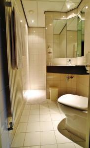 A bathroom at Hotel de Koophandel