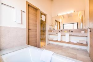 Ett badrum på Carrossa Hotel Spa Villas