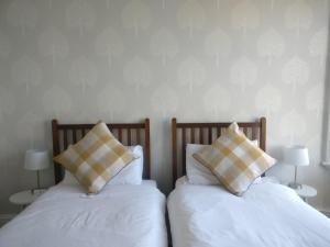 A bed or beds in a room at The Beckett Guest House