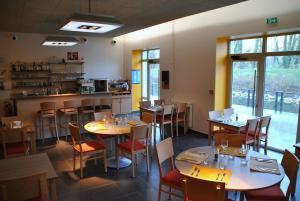 Restaurant ou autre lieu de restauration dans l'établissement ULVF Le Domaine d'Aucroix