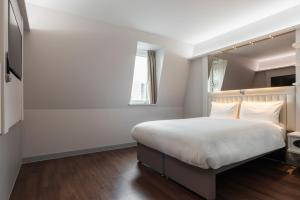 A bed or beds in a room at Point A Hotel London Kings Cross – St Pancras