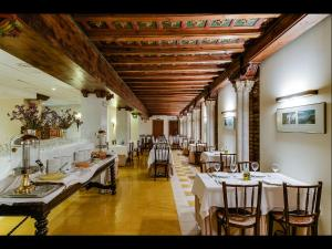 A restaurant or other place to eat at Hotel Murillo