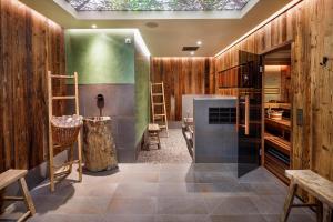 A bathroom at Eiger Mürren Swiss Quality Hotel