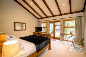 Een bed of bedden in een kamer bij The Canyons B&B