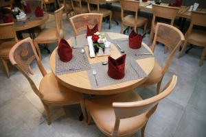 A restaurant or other place to eat at Versailles by Raviz Hotel