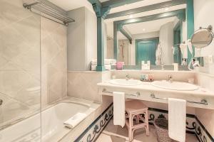 A bathroom at Hotel THe Volcán Lanzarote