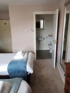 A bathroom at George and Dragon Ashbourne