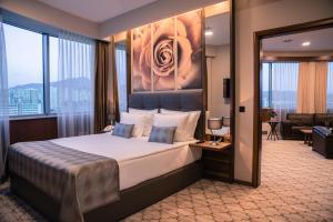 سرير أو أسرّة في غرفة في رادون بلازا