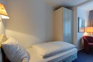 A bed or beds in a room at Hotel Arde Köln Zentrum