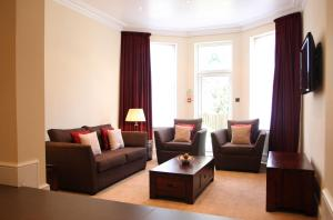 A seating area at Glenlyn Apartments