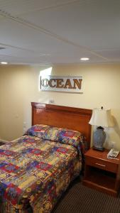 A bed or beds in a room at Atlantic Motel