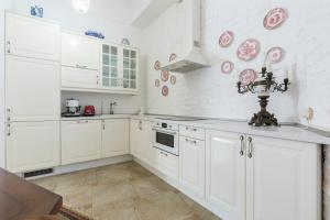 A kitchen or kitchenette at Apartments on Moyka river embankment 14
