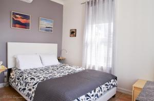 A bed or beds in a room at Le Petit Hotel La Passe Pierre Par La Galouine