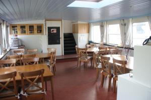 Een restaurant of ander eetgelegenheid bij Hotelschip Gandalf