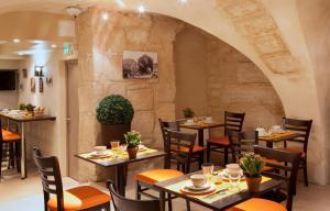 Un restaurante o sitio para comer en Hotel Saint Honore