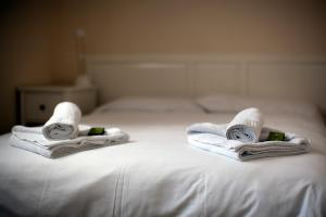 A bed or beds in a room at Brentwood Guest House