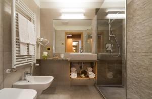 A bathroom at Hotel Ambassador