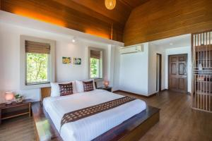 A bed or beds in a room at Cocohut Beach Resort & Spa