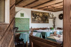 Un restaurante o sitio para comer en Hotel Latemar