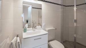 A bathroom at Achilleon III