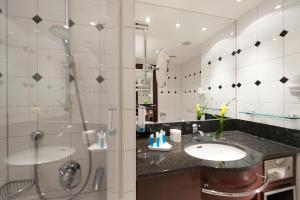 A bathroom at Dorint Am Goethepark Weimar