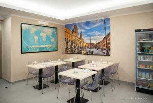 A restaurant or other place to eat at Porto Di Claudio