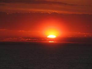 Solopgangen eller solnedgangen set fra campingpladsen