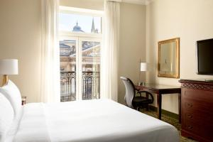 A bed or beds in a room at Brussels Marriott Hotel Grand Place