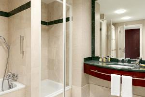 A bathroom at Brussels Marriott Hotel Grand Place