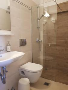 Ένα μπάνιο στο Linardos Apartments