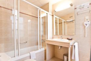 A bathroom at Hotel Granada Centro