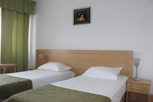 A bed or beds in a room at Hotel Ciucas