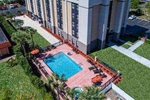 A view of the pool at Hampton Inn Orlando-Maingate South or nearby