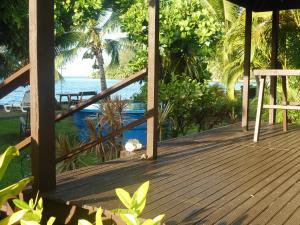 Uma vista da piscina em A Pueu Village ou nos arredores