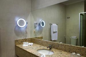 A bathroom at Master Gramado Hotel - A 1 quadra da Borges de Medeiros