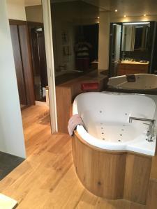 Ванная комната в Hôtel-Restaurant de la Tour