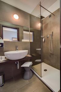 A bathroom at Best Western Plus Hotel Farnese