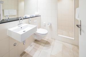Ein Badezimmer in der Unterkunft Hotel Schweizerhof Basel