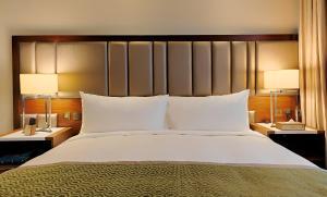 Cama ou camas em um quarto em Holiday Suites Al Aziziah