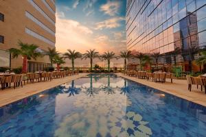 A piscina localizada em Holiday Suites Al Aziziah ou nos arredores
