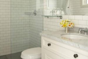 A bathroom at Baron's Cove
