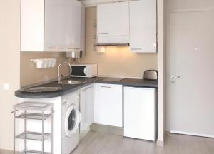 A kitchen or kitchenette at Central with charm and sea views