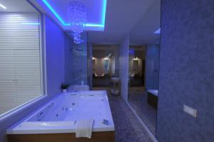 A bathroom at Le suite del nostromo