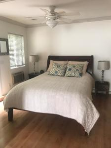 A bed or beds in a room at Cozy guest house